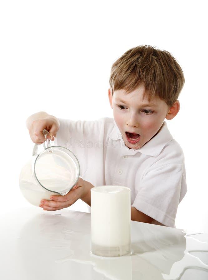 Kind verschüttete Milch stockfotografie