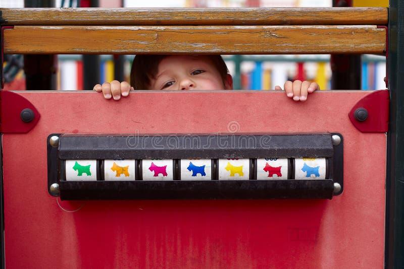 Kind versteckt lizenzfreies stockbild