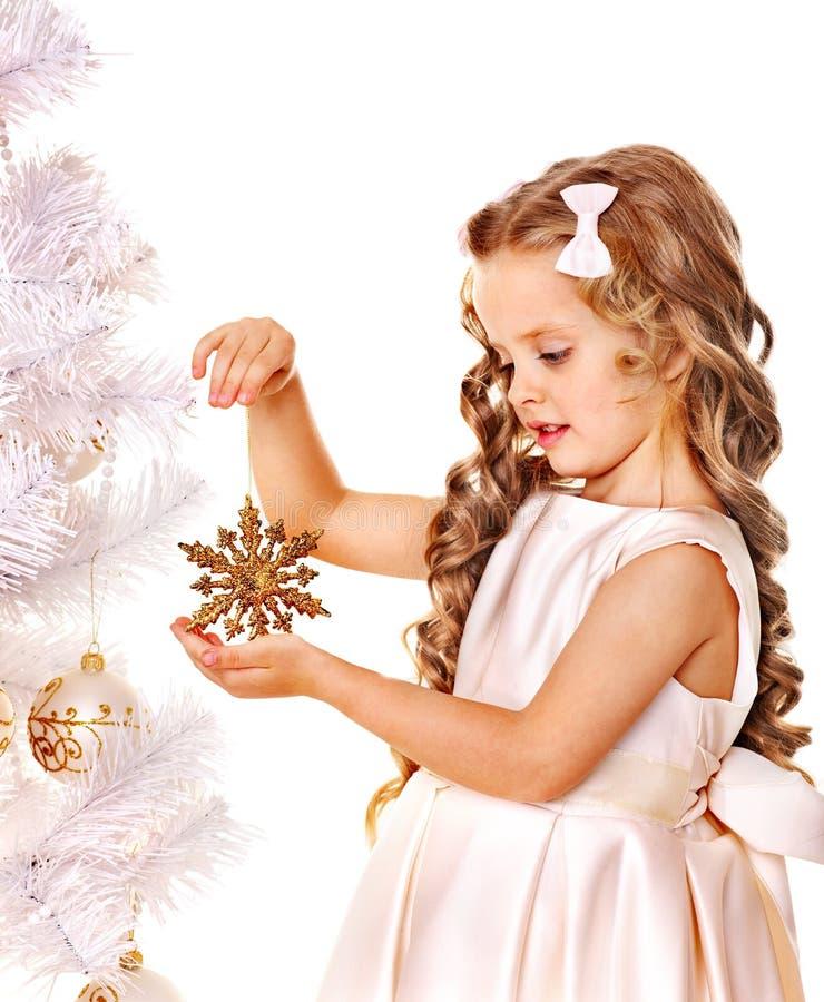 Kind Verzieren Weihnachtsbaum. Lizenzfreie Stockbilder