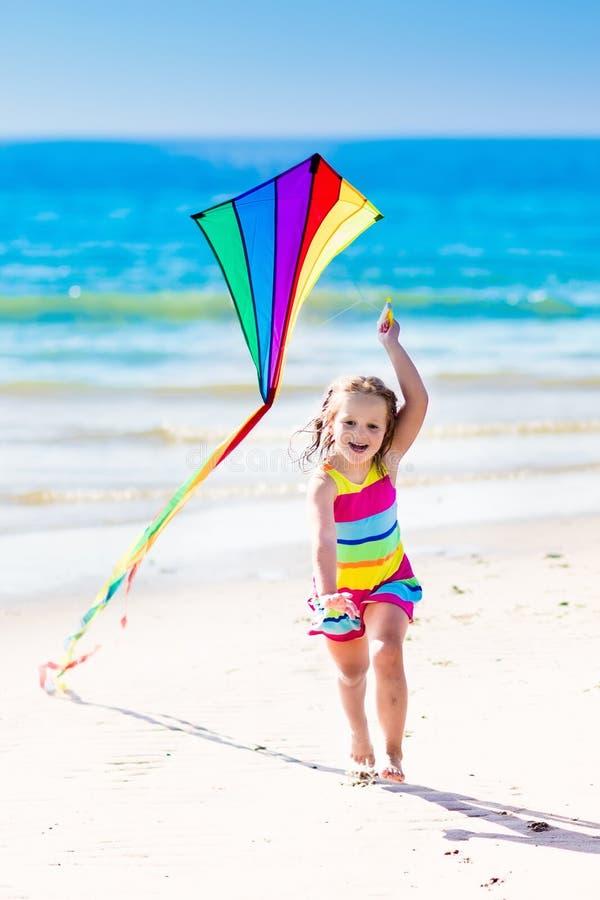 Kind vliegende vlieger op tropisch strand royalty-vrije stock afbeelding