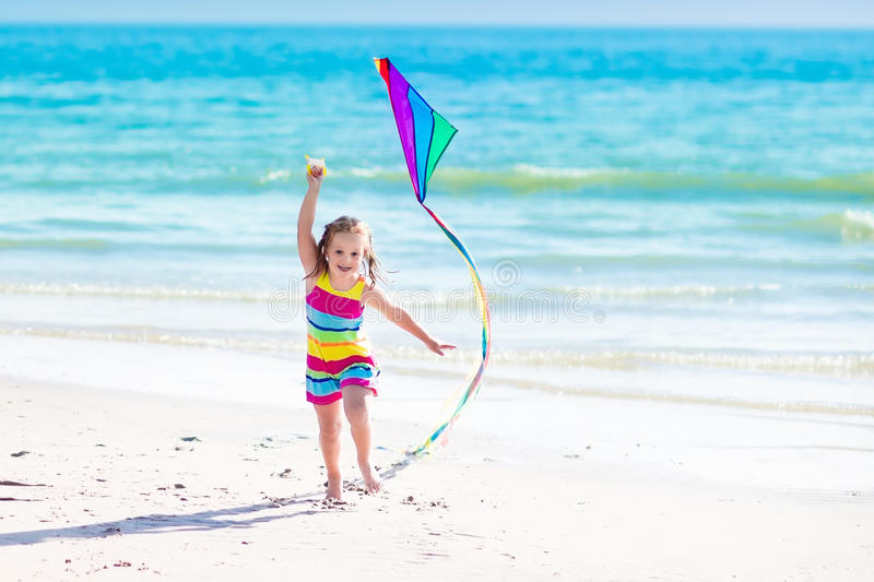 Kind vliegende vlieger op tropisch strand stock foto