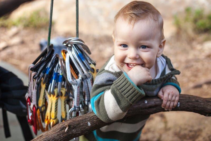 Kind von den lächelnden Kletterern bei der Stellung lizenzfreie stockbilder