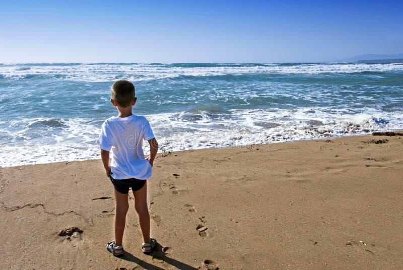 Kind vooraan de oceaan royalty-vrije stock afbeeldingen