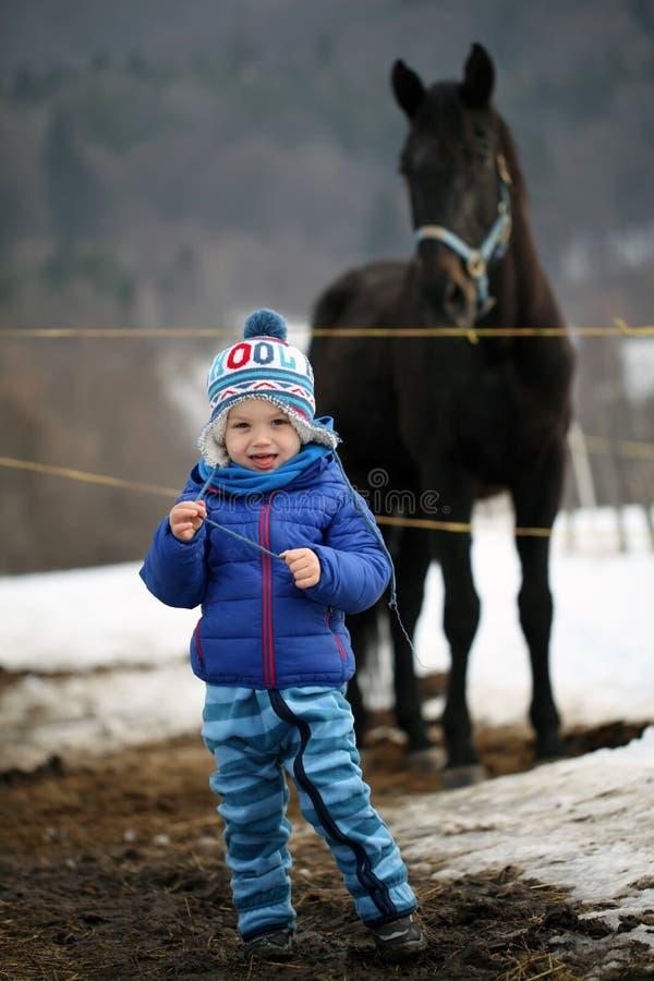 Kind vor einem Bolzen stockbild