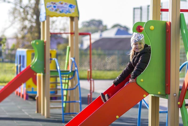 Kind weinig mooi meisje die op speelplaats in openlucht spelen royalty-vrije stock foto