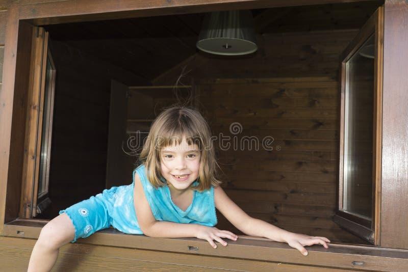 Kind, welches das Fenster herausspringt stockfotos