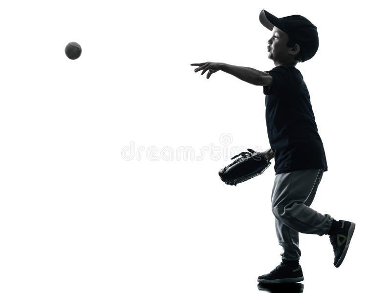Kind, welches das Softballspielerschattenbild lokalisiert spielt stockbild
