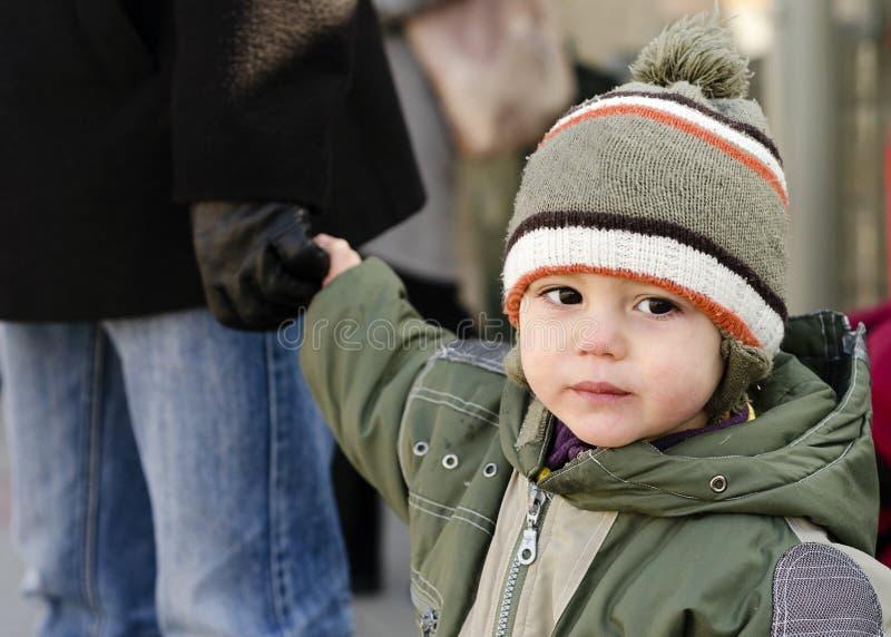 Kind, welches die Hand des Vaters hält stockfotografie