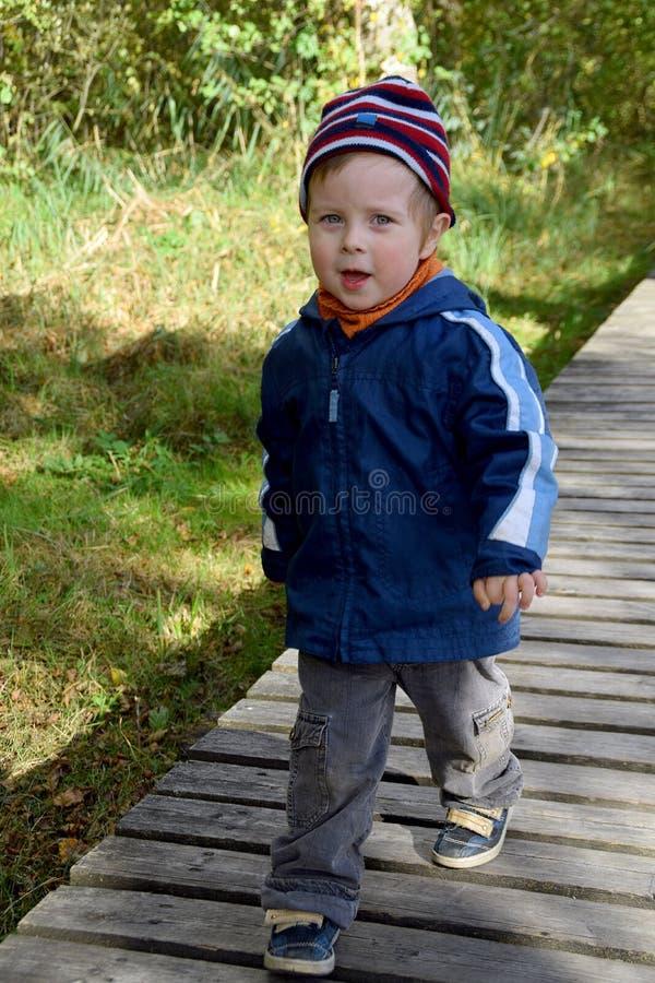 Kind in wildernis royalty-vrije stock afbeeldingen