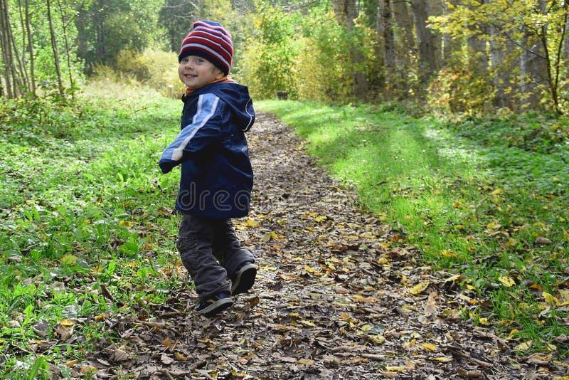 Kind in wildernis royalty-vrije stock foto's