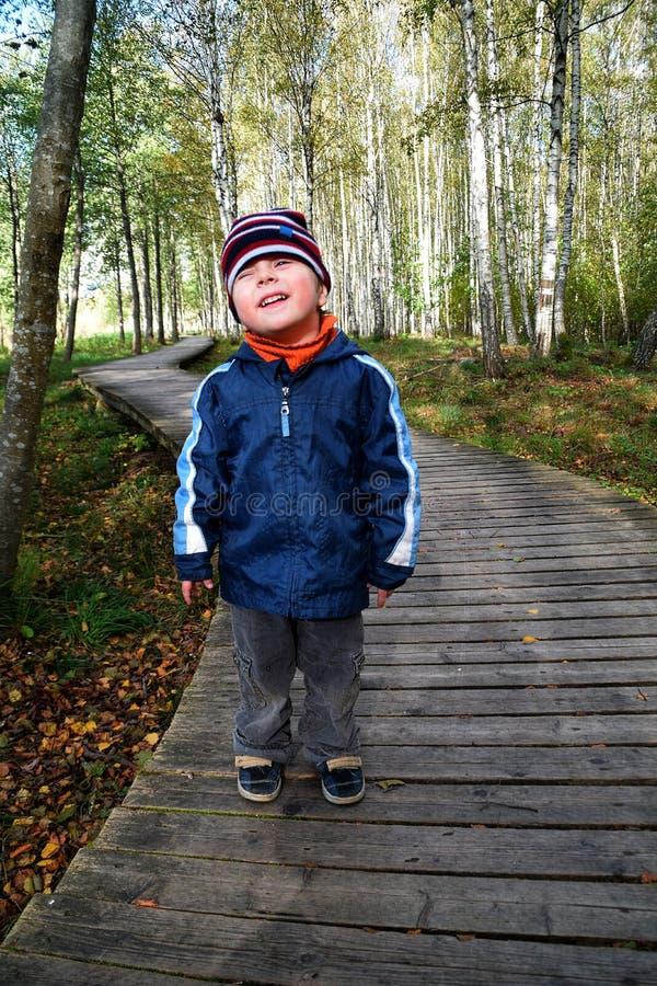 Kind in wildernis stock afbeelding