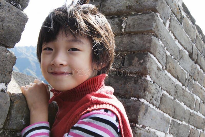 Kind in wind op grote muur royalty-vrije stock foto's