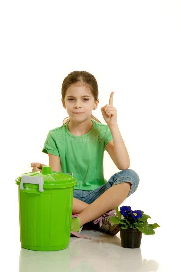 Kind wirft das Papier lizenzfreies stockbild