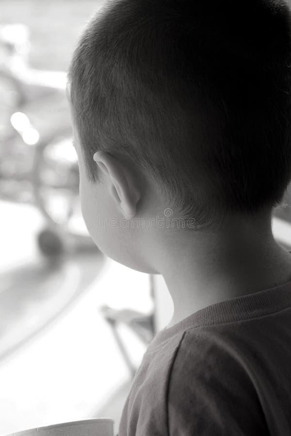 Kind-Wunsch, draußen zu gehen lizenzfreie stockfotografie