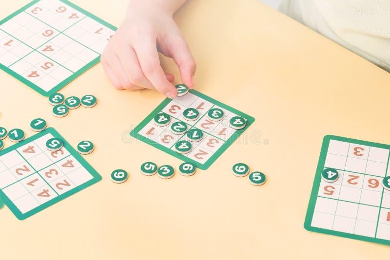 Kind zahlt sudoku Brettspiel stockfotografie