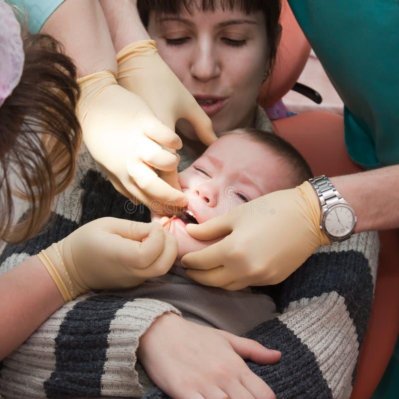 Kind am Zahnarzt stockfotografie