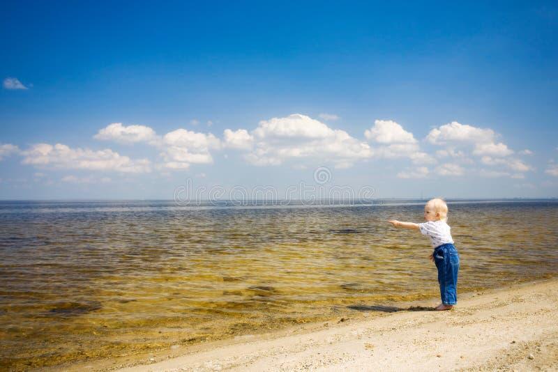 Kind zeigt weit entferntes stockbild
