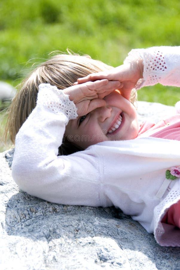 Kind in zon stock afbeelding