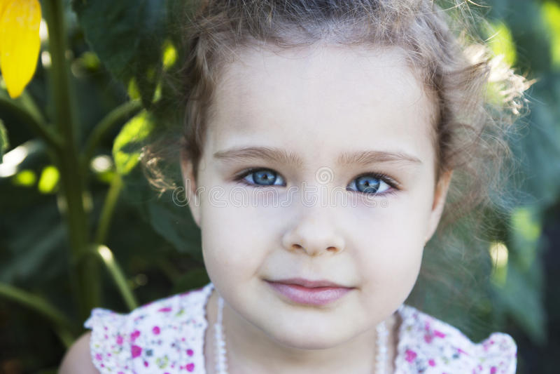 Kind in zonnebloemen royalty-vrije stock afbeelding