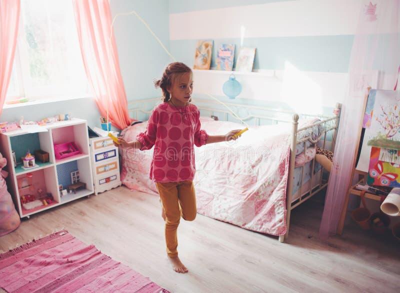 Kind zu Hause stockbild