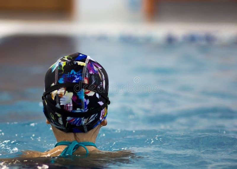 Kind in zwembad stock foto