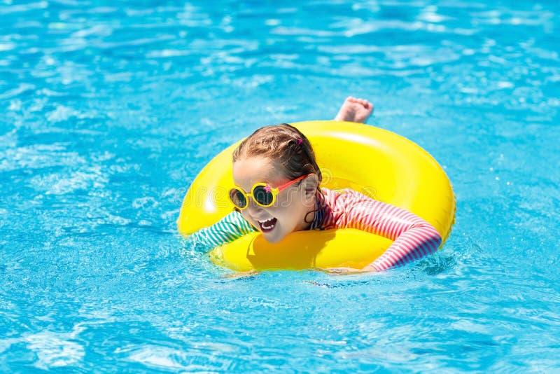 Kind in zwembad De jonge geitjes zwemmen Waterspel royalty-vrije stock fotografie