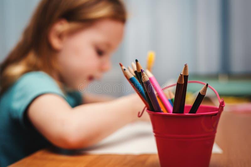 Kindabgehobener betrag mit Farbenzeichenstiften stockbilder