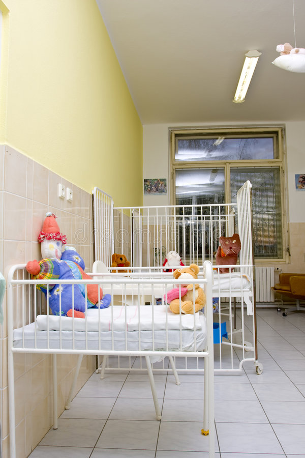 Kindbetten im Krankenhausraum lizenzfreie stockfotografie