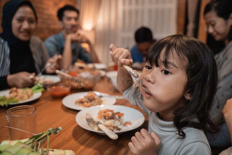 Kinddochter die zelf tijdens diner eten royalty-vrije stock foto's