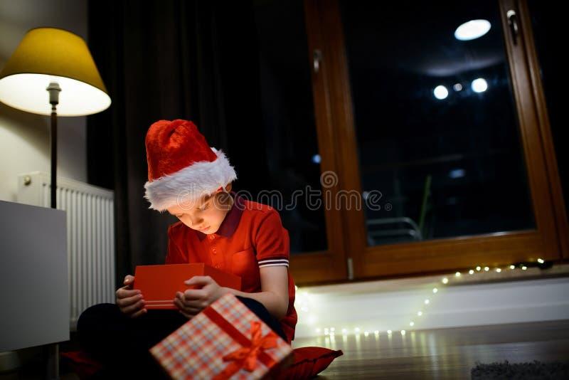 Kinderöffnungsgeschenkbox von Santa Claus stockbild