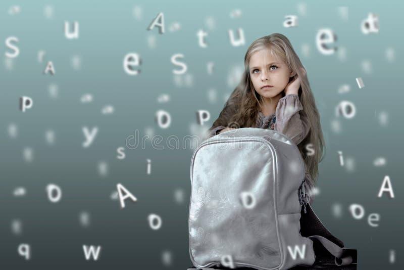 Kinder Alphabet nettes kleines Mädchen mit Schulrucksack auf dem Hintergrund der auftauchenden Buchstaben stockbild