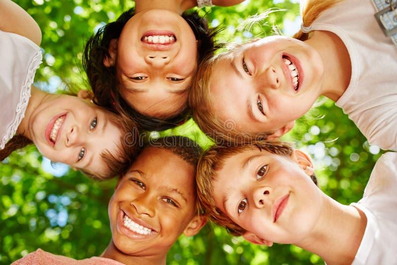 Kinder als internationales Team lizenzfreie stockbilder