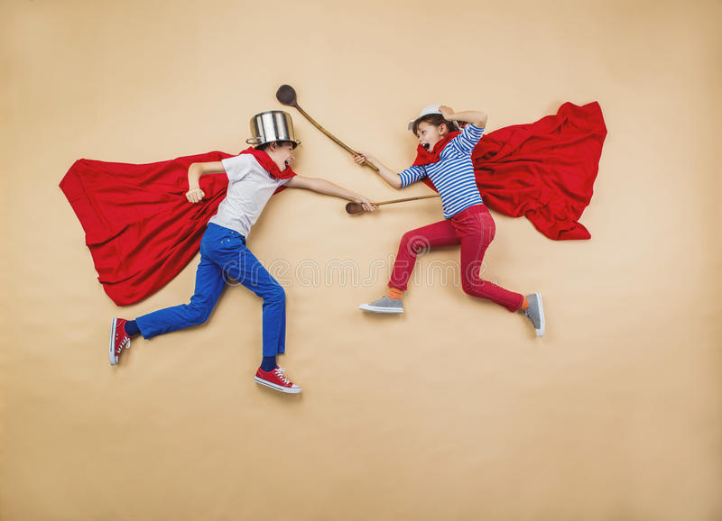 Kinder als Superhelden stockbild