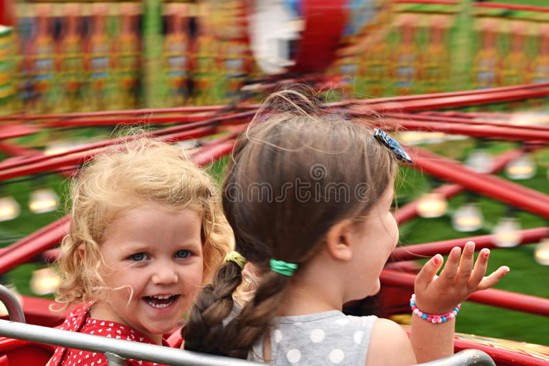 Kinder auf angemessener Fahrt stockfotos