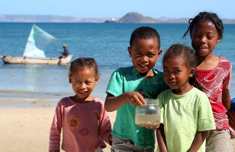 Kinder auf dem Ufer stockfotos