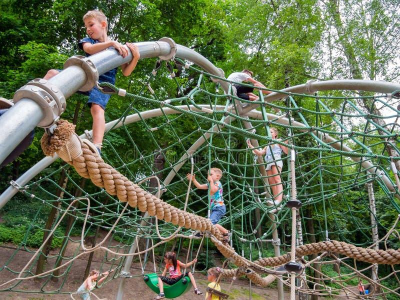 Kinder auf dem Weg lernen einen neuen Spielkomplex in Lenin-Park lizenzfreies stockbild