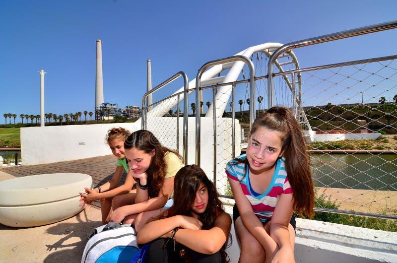Kinder auf einer Exkursion stockbild