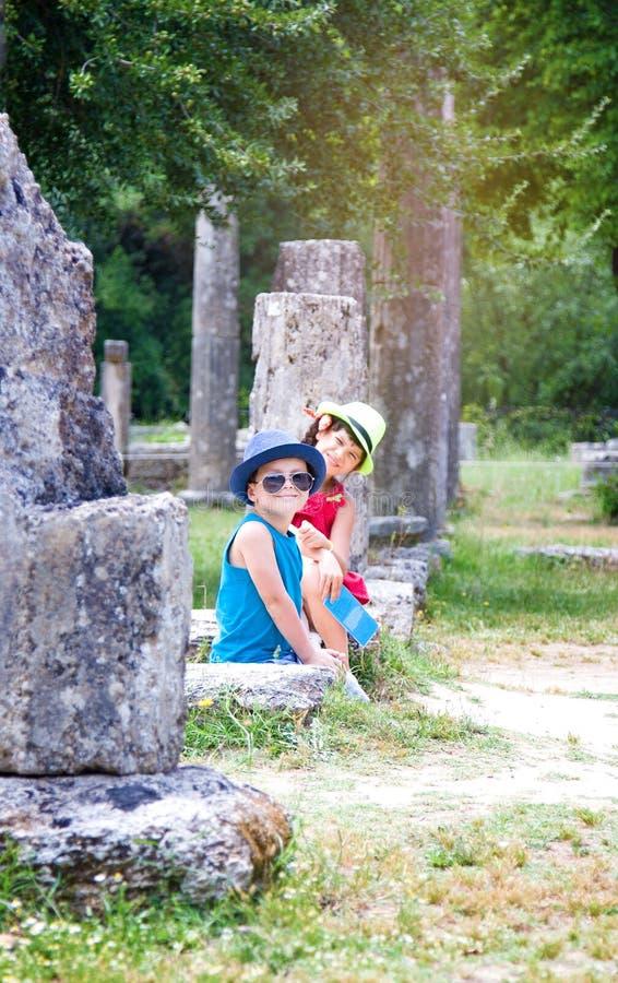 Kinder auf Exkursion in archäologischer Fundstätte Olimpias in Griechenland lizenzfreie stockfotografie