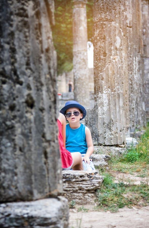 Kinder auf Exkursion in archäologischer Fundstätte Olimpias in Griechenland stockbild