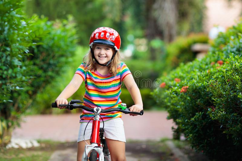 Kinder auf Fahrrad Kind auf Fahrrad Kinderradfahren stockbilder