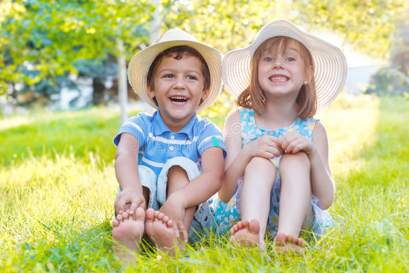 Kinder auf grünem Gras stockfotos