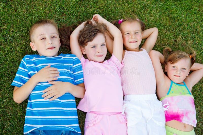 Kinder auf Gras stockbild