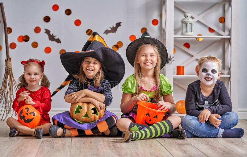 Kinder auf Halloween stockfoto