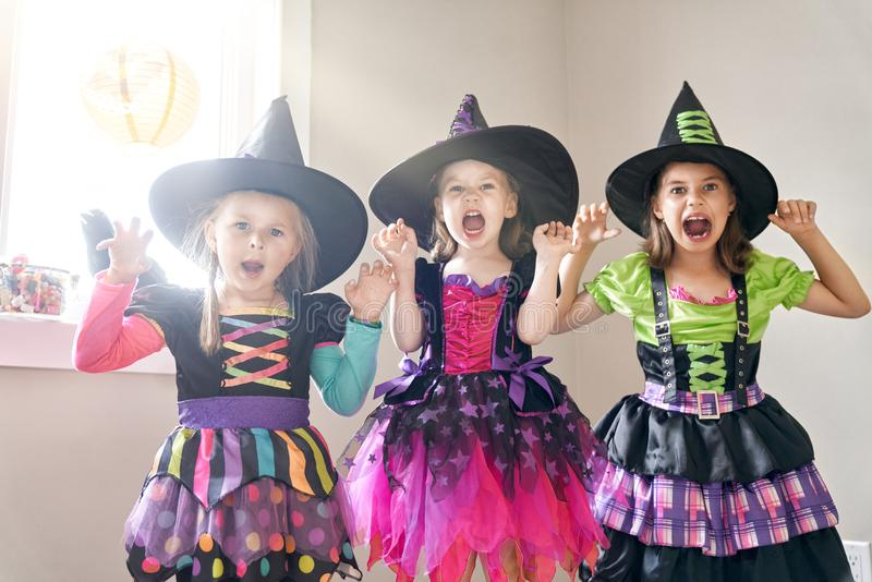 Kinder auf Halloween stockbilder