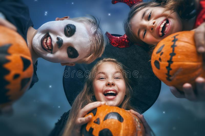 Kinder auf Halloween stockfotografie