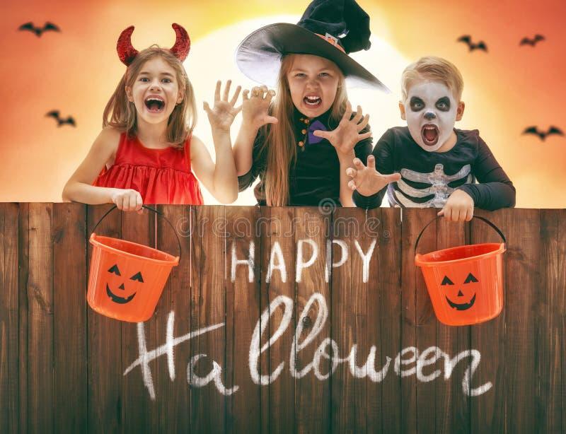 Kinder auf Halloween lizenzfreie stockbilder