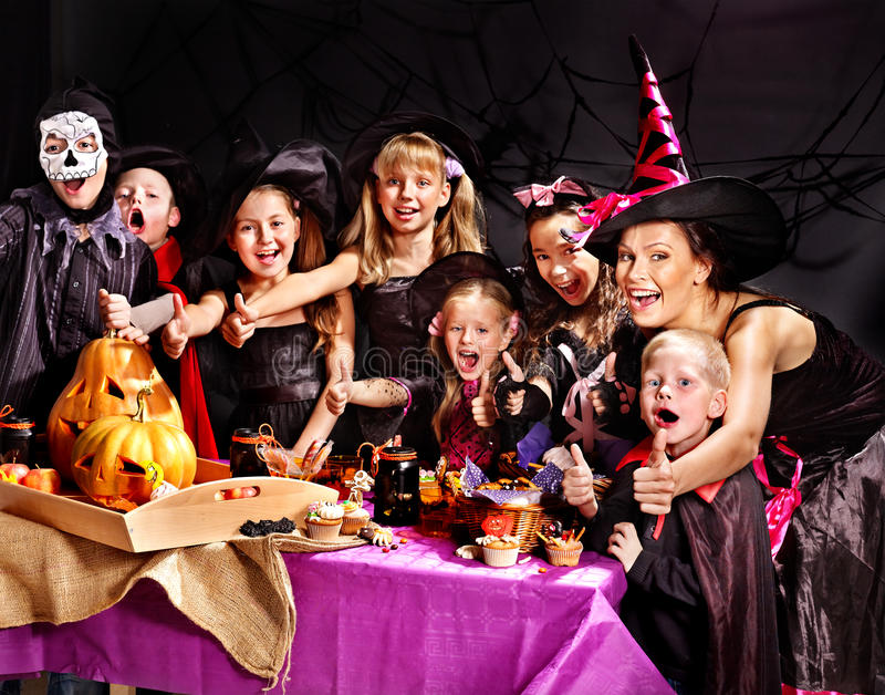 Kinder auf Halloween-Partei, die Kürbis macht stockbilder
