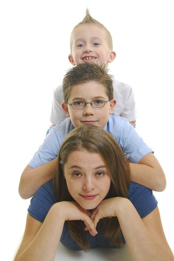 Kinder auf Müttern unterstützen stockfotos