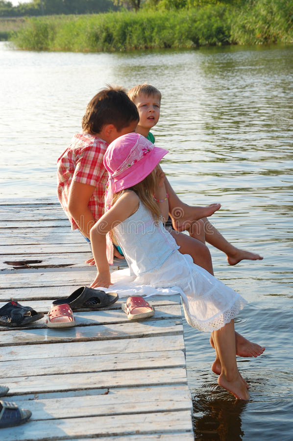 Kinder auf Passage stockbild
