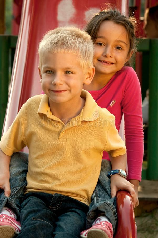 Kinder auf Plättchen stockfotos